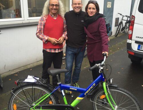 Verein »Fahrräder bewegen Bielefeld« spendet Kinderfahrrad